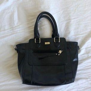 Super fin och bra väska med många fickor💖💖 Den är köpt på sekondhand men är inte så sliten. Skicka gärna för fler bilder!