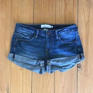 Jeansshorts med uppvikta ben och fickor fram och baktill