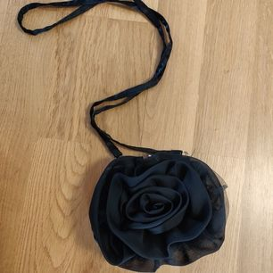 Gullig handväska med en ros på framsidan, bra skick. 20kr+frakt