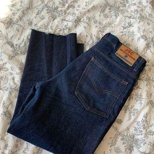 Jättefina jeans köpta på Humana. Som nya, perfekt skick! Rak modell. Avklippta så de passar någon som är ca 155-160cm. Ingen strech! Waist: 32 men är mer som en waist 30. ( keep in mind! Har ni stora höfter kanske de inte passar då det inte är