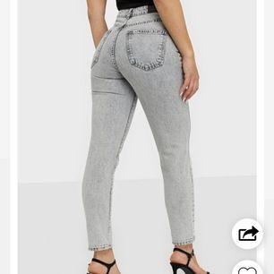 Populära jeans från Gina Tricot. Använda ett fåtal gånger. Köpta för 499 kr. Säljer för 200 kr. Bra passform.