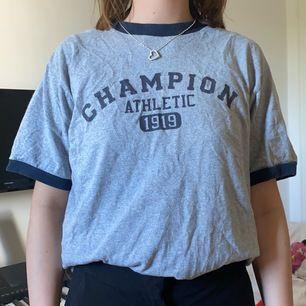 Säljer den här sjukt fina champion tröjan frn beyond retro! Knappt använd och super bra skick💕 passar XS-M