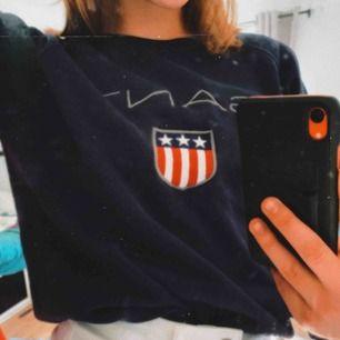 Snygg marinblå Gant sweatshirt. Storlek M men passar som S/ XS eftersom den krympt.  300 inklusive frakt❤️