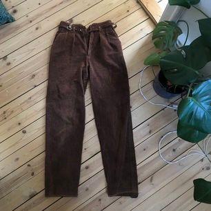 Assnygga bruna Manchester byxor som tyvärr är lite för små för mig i midjan. Sömen har lossnat lite längst ner men det är bara o sy över!