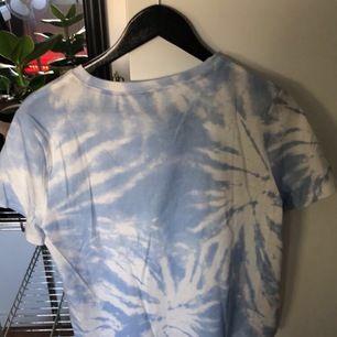 Oversized blå och vit tie dye tröja från h&m, aldrig använd med prislappen kvar. Frakt 42kr 💞