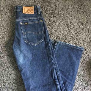 Ett par vida jeans i storlek 26 från Lee. Säljer endast vid ett bra pris så buda gärna. Skulle säga att de är storlek 25 i mina ögon.