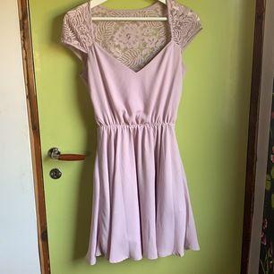 Jätte fin klänning från Nelly säljes för 50kr, en söm har dock gått upp men går att fixa till🙂 frakt tillkommer!