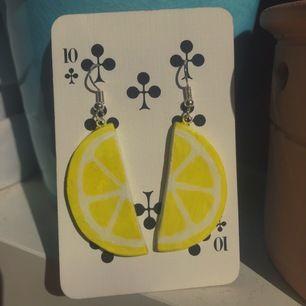 Egengjorda citronörhängen av leta! Är supersöta och kommer passa helt underbart till sommaren:)) Frakten är redan inräknad i priset🍋🍋