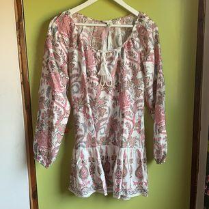 Säljer denna fina klänning då den är för kort för min smak, använd en gång😊