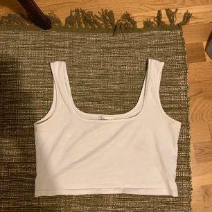 Vitt cropat linne med breda axelband, liten i storleken 🌸  eventuell frakt står köparen för