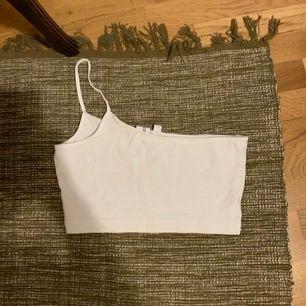 Snyggt linne med ett axelband 🌸  eventuell frakt står köparen för