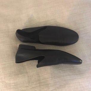 Svarta loafers från COS. Använda 2 gånger!