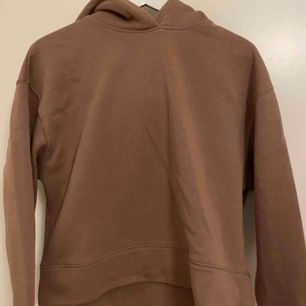 Brun hoodie från zara. Super skick då den knappt är använd. Mysig!!!