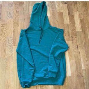 fin grön hoodie. Så fin, säljer då jag har för många hoodies. Knappt använd, super bra skick. Färgen visas bäst på sista bilden.