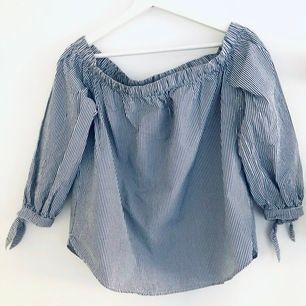 Abercrombie blus i off-shoulder modell, blå/vit randig. Har några svaga sminkfläckar på insidan, se bild. Utöver det är den i mycket gott skick. Storlek S. Frakt 44 kr. #offshoulder #abercrombie