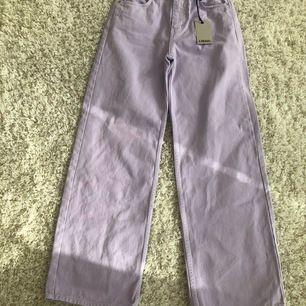 Lila vida jeans från junkyard som är helt oanvända endast testade(har lappar kvar). Köparen står för frakten.