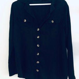 Svart skjorta, något tunnare så passar perfekt som beach cover-up, men funkar även till vardags. Storlek S, aldrig använd. Köpt i en random butik i Spanien. Frakt 66 kr.