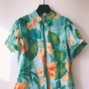 Vintage hawaiian shirt 🌺 short sleeved 100% cotton, size L (but tighter fit), in very good condition