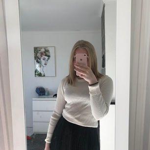 En sjukt fin långärmad tröja som fungerar både till vardags och fest! Tyvärr kommer den inte till användning och har sjukt fin mönster (Köparen står för frakt)