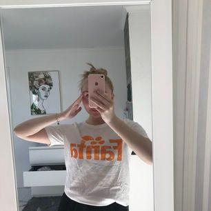 En sjukt fin T-shirt som det står fanta på den är lite större vilket gör den väldigt luftig och skön till sommaren (köparen står för frakt)