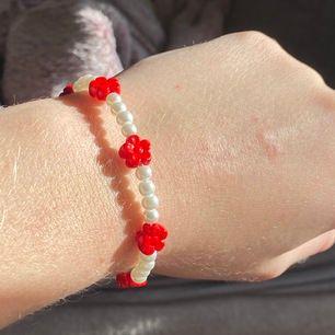 Jättefina armband som jag gjort själv!🥰 Finns i tre olika färger, och frakt INGÅR i priset✨ 55kr st!