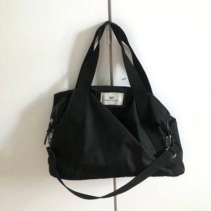 Säljer en super fin stor day väska då en inte kommer till användning längre. Den har två kortare band och ett längre axelband. Den är köpt på Jolina i Borås för ungefär 600kr