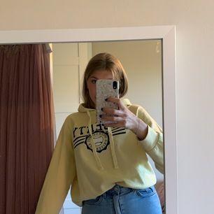 Gul hoodie från Gina med luva och snören. Asfin gul färg och endast använd typ 5 gånger. Tryck också💛nypris 200, säljer för 100 men pris går att diskutera🙌🏻frakt tillkommer