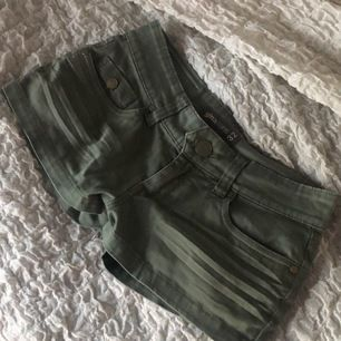 Militär gröna jeans shorts ifrån Gina Tricot.