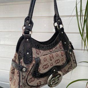 Super fin vintage väska i superbra kvalite, som är köpt på second hand men som aldrig är använd då det inte riktigt är min stil 💕