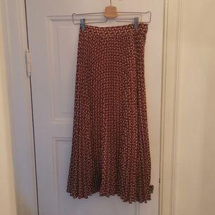Veckad kjol från weekday. Superfin men har tyvärr inte kommit till användning mer än en gång för min del. Mönster i brunt och vitt. Dragkedja och knäppning på ena sidan