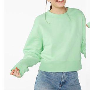 Sweatshirt från Monki, köpare står för frakt! Endast använd 2 gånger och köpt i maj, säljes pga att grön inte var en färg som passade mig!