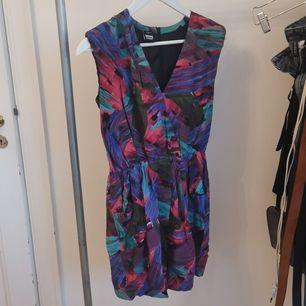 Färgglad klänning från Dr denim. Dragkedja baktill. vadderad vid axlarna.