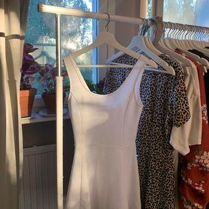 Vit snygg sommar klänning, knappt använd! Köparen står för frakten