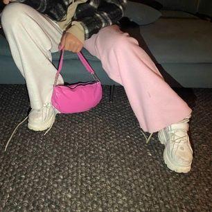 En söt rosa väska som jag köpte secondhand! Den är i bra skick men silverkedjor!