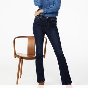 Svarta bootcut jeans från Kappahl. Ganska nya, använt några få gånger. Tvättade en gång nyligen. Dessa är i storlek 36 men de är lite för små för mig, så skulle säga att de är som ett par 34. Frakt tillkommer 💕💕