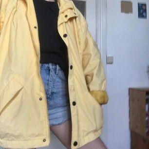 En gul windbreaker-jacka i oversize-storlek. Mansstorlek M, passar till stl XS-L beroende på önskad passform. Super bra till svensk sommarväder - funkar i både sol, blåst och regn. 🌬☁️🌤