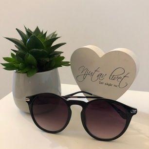 Ett par solglasögon från H&M, endast använda en gång. (Frakt kostnad betalas av köparen)