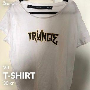 T-shirt, i storlek M. Bra skick! Frakt tillkommer och betalning sker via swish💓 Skicka ett meddelande om du har några frågor, vill diskutera pris eller om du vill ha fler bilder🤩🤩
