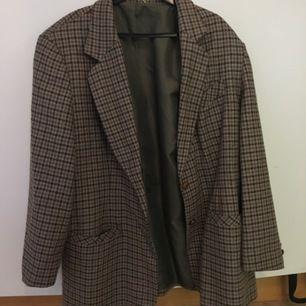 En oversized kavaj som kan användas som en jacka i ull.