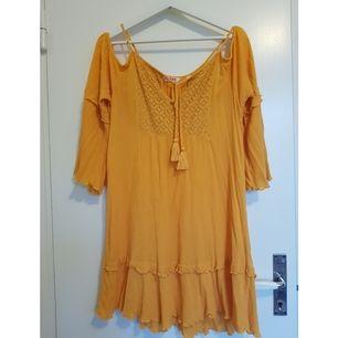 Somrig klänning från Indiska. Väl använd men i fint skick! Öppen vid axlen.