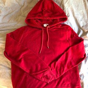Röd Hoodie från Monki, köpare står för frakt!