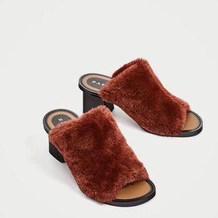 Superfina roströda fake fur sandaler med klack från Zara!❤️ Använda ett fåtal gånger och är i bra skick. Säljer pga har för många skor 🥺❤️ frakt tillkommer!