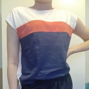 Twintip t-shirt med röd och blå rand framtill. Sparsamt använd, inköpt augusti 2019. Srl. S. Köparen står för frakten