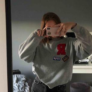 säljer min gråa svin snygga sweatshirt som tyvärr aldrig kommer till användning längre💖