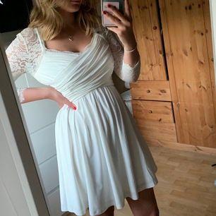 Säljer min vita Chiara Forthi klänning! Köptes 2018 till min konfirmation och är endast använd då, men funkar minst lika bra till student/skolavslutning eller annat! Köpte den för 500kr på Bubbleroom. Köpare står för frakt!