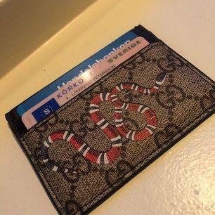 En korthållare i nyskick, bara använd en gång. Riktigt bra AAA-kopia av Gucci.