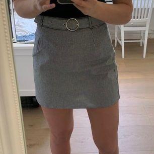 """Superskön kjol i storlek 36. Går att justera """"bältet"""" och finns även en dragkedja på sidan. Kontakta mig för fler bilder eller mer information💕💕"""