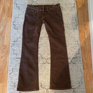 Säljer dessa ursnygga jeans! Tycker om dem supermycket men de är tyvärr för små för mig! Om många är intresserade får ni Buda!💓💓 startbud: 150 kr + frakt