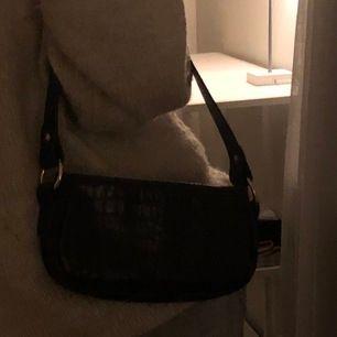 Mini handväska i ormskinn mönster, mörkbrun! Aldrig kommit till användning.