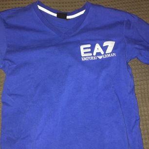 A:A Armani t-shirt 200kr. Pris kan diskuteras